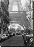 Straßenansicht vom Eiffelturm, Paris Leinwand von Clay Davidson