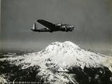 """B-17 """"Flying Fortess"""" Bomber over Mt. Rainier, 1938 Giclée-tryk"""