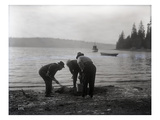 Clam Digging, 1915 Giclee Print