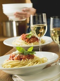 Spaghetti Bolognese and White Wine for Two on Table Fotografisk tryk