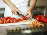 Chef Chopping Tomatoes Reproduction photographique par Robert Kneschke