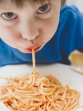 Small Boy Eating Spaghetti Fotografisk tryk