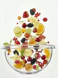 Various Fruits Falling into Glass Bowl Fotografisk trykk av Jürgen Holz