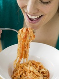 Woman Eating Ribbon Pasta with Tomato Sauce Fotografisk tryk