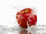 Red Apple with Splashing Water Fotografisk trykk av Michael Löffler