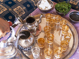Making Mint Tea, Morocco Fotodruck von Peter Adams