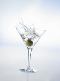 Martini with Green Olive (Splash) Photographie par Klaus Arras