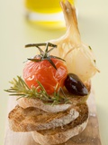 Fried Cherry Tomato, Olive and Garlic on Toast Photographie