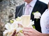 A Mariée et Groom avec a Glass de Champagne et Un Bouquet Photographie