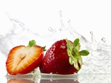 Strawberries with Splashing Water Fotografisk trykk av Michael Löffler