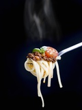 Linguine with a Minced Meat Sauce, Tomatoes and Basil on a Fork Fotografisk tryk af Mark Vogel