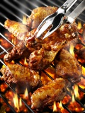 Chicken Wings on Barbecue Rack Photographie par Paul Williams
