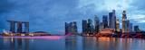 Panorama över Singapores stadssillhuett och flod Poster