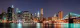 New York City, skyline di Manhattan con il ponte di Brooklyn Bridge di notte Stampe