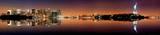 Manhattan, stadssilhuett av New York City med Frihetsstatyn nattetid Affischer