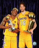Kobe Bryant & Pau Gasol with 2010 NBA Finals Trophies in Studio (26) Photographie