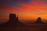 West and East Mitten Butte, the Mittens at Sunrise, Monument Valley Navajo Tribal Pk, Arizona, USA Fotografisk tryk af Neale Clark