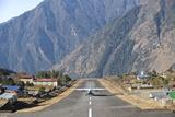 Lukla Airport and Runway, Solu Khumbu Region, Nepal, Himalayas, Asia Fotografisk tryk af Ben Pipe