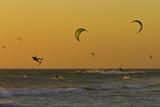 Kite Surfers at Sunset Fotografisk tryk af Ralph Lee Hopkins