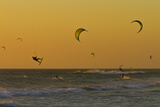 Kite Surfers at Sunset Lámina fotográfica por Ralph Lee Hopkins