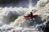 A Kayaker Big White Water Runs the Lower Section of Great Falls Photographie par Skip Brown