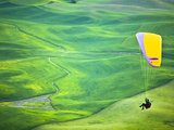 Paragliding Among the Picturesque, Wheat Covered Hills of the Palouse in Eastern Washington at Dusk Photographie par Ben Herndon