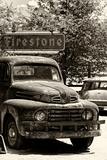 Alter verrosteter Truck in Garage, Route 66 II Fotodruck von Philippe Hugonnard