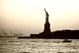 Sculpture and statue - Statue of Liberty - Sunset - Manhattan - New York City - United States Valokuvavedos tekijänä Philippe Hugonnard