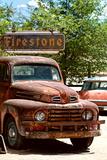 Viejo camión oxidado en garaje, Ruta 66 III Lámina fotográfica por Philippe Hugonnard