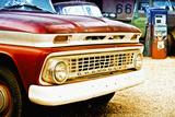Chevrolet antiguo en una gasolinera de la Ruta 66 Lámina fotográfica por Philippe Hugonnard