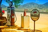 Surtidores de gasolina en el borde de la Ruta 66 III Lámina fotográfica por Philippe Hugonnard