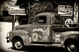 Gammal Fordlastbil i garage på Route 66 II Fotografiskt tryck av Philippe Hugonnard
