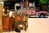 Forladt lastbil ved gammelt værksted langs Route 66 III, Camionnette Abandonnée Dans Un Vieux Garage Sur La Route 66 III Fotografisk tryk af Philippe Hugonnard