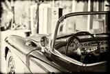 Gammel Chevrolet-cabriolet på Route 66 II Fotografisk tryk af Philippe Hugonnard