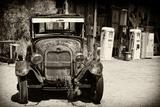 Alter verlassener Ford an einer Tankstelle auf der Route 66 II Fotografie-Druck von Philippe Hugonnard