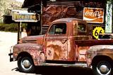 Gammal Fordlastbil i garage på Route 66 III Fotografiskt tryck av Philippe Hugonnard