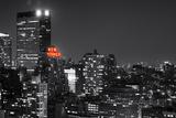 Vista do hotel New Yorker em Manhattan à noite - arte moderna Impressão fotográfica por Philippe Hugonnard