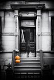 Entrada de imóvel de Nova York com abóboras de Halloween Impressão fotográfica por Philippe Hugonnard