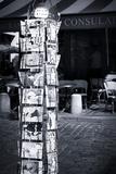 Présentoir De Cartes Postales À Montmartre À Paris Reproduction photographique par Philippe Hugonnard