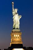 Liberty Island - Blick auf die Vorderseite der Freiheitsstatue bei Nacht Fotodruck von Philippe Hugonnard