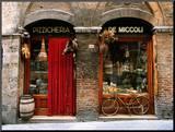 Bicicleta aparcada fuera de una tienda histórica, Siena, Toscana, Italia Fotografía montada en tabla por John Elk III