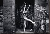 Ballerina i staden Sträckt kanvastryck av Byron Yu