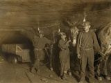 Drivers and Mules with Young Laborers in a West Virginia Coal Mine. October 1908 Fotografía