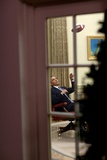 President Barack Obama Plays with a Football in the Oval Office, April 23, 2009 Foto