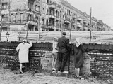 West Berliners Peer over the Infamous Berlin Wall in 1962 Photographie