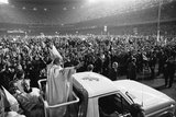 Pope John Paul II Waves to Cheering Crowd in NYC's Yankee Stadium, Oct. 4, 1979 Foto