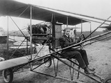 Glenn Martin Delivering Newspapers in His Airplane, 1911 Foto