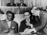 Congo's PM Lumumba and Belgium's Premier Eyskens Sign Act of Independence, 1960 Foto