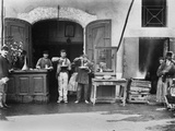Men Eating Long Spaghetti at a Street Food Shop in Naples, Italy, Ca. 1900 Foto