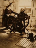 Elizabeth McCausland at her Printing Press, ca. 1935; Archive of American Art Photographie